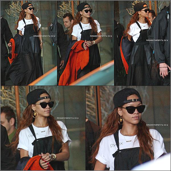 01.04.2013 : Rihanna a été aperçue quittant son hôtel à Vancouver. Elle se rendait à la Rogers Arena où le soir même elle y donnait un concert.