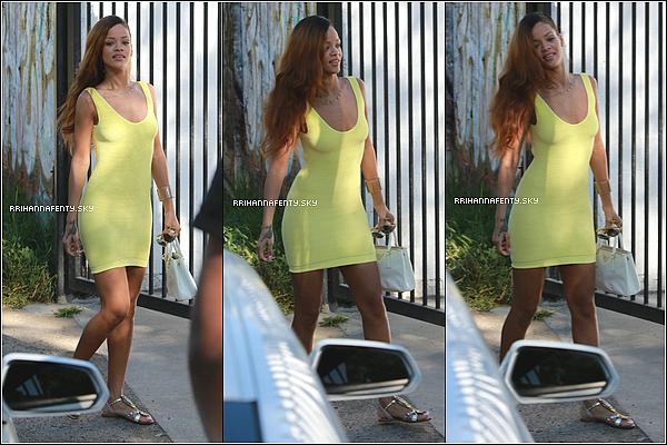 10.04.2013 : Rihanna a été aperçue faisant du shopping avec Chris Brown à Los Angeles. Elle a aussi, récemment, passé du temps avec le rappeur Wiz Khalifa et sa compagne Amber Rose.