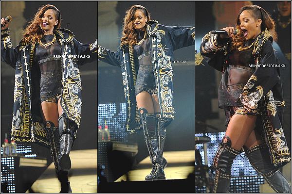19.04.2013 : Rihanna a été aperçue au téléphone, quittant Los Angeles. Afin de rejoindre la Floride en avion, où elle donnera ce soir un concert.