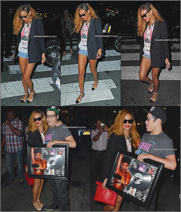 10.05.2013 : Rihanna a été aperçue quittant son hôtel avec sa meilleure amie Melissa. Malgré la fatigue, elle a tout de même pris le temps de poser avec quelques fans.