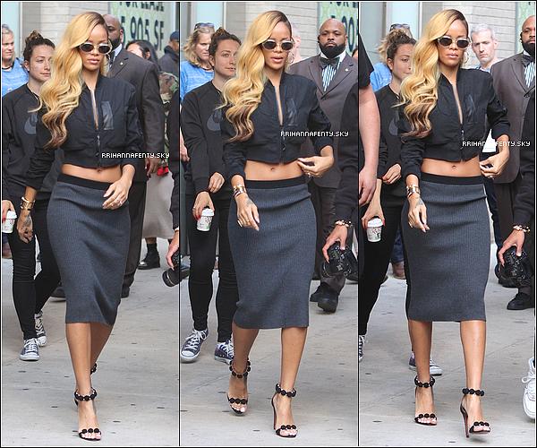 16.05.2013 : Rihanna a été aperçue quittant son hôtel à New York dans la journée. Plus tard, elle revenait d'un photoshoot d'avec le photographe Mario Sorrenti comme annoncé sur son compte Instagram.