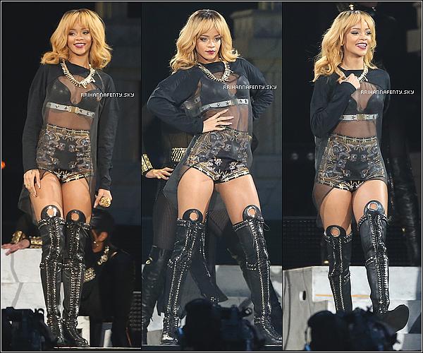 15.06.2013 : Rihanna a donné un concert dans la capitale anglaise au Twickenham Stadium. Elle avait été aperçue plus tôt dans la journée quittant son hôtel et elle a été vue regagnant son hôtel tard dans la soirée.