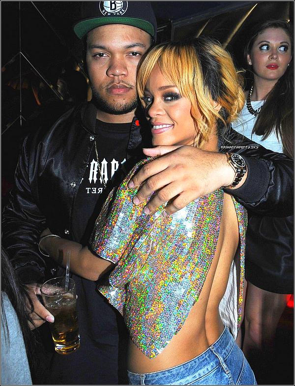 17.06.2013 : Rihanna a été aperçue quittant son hôtel londonien avec son petit frère Rajad. La collection été Riri hearts MAC est disponible en Amérique du Nord et sera accessible dès le 20 juin à l'ensemble du monde.
