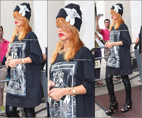 21.06.2013 : Rihanna a performé à Dublin au Aviva Stadium en Irlande. Rihanna a été aperçue quittant le club Lillie's Bordello suite à son concert, en compagnie de Jennifer.