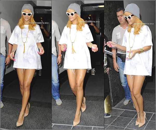 06.06.2013 : Rihanna a été aperçue quittant son hôtel à Anvers en Belgique. Dans la soirée, elle a donnée un concert dans le cadre de sa tournée Diamonds World Tour.