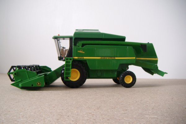 Moissonneuse batteuse John Deere 2268