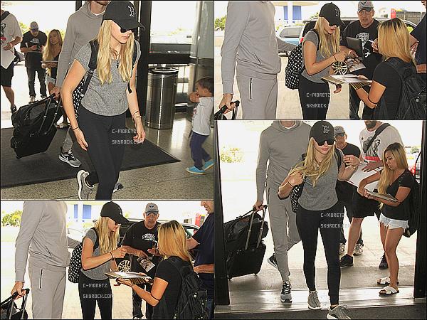 . 20/08/15 →  C'est une Chloë très décontractée qui était prête à embarquer à l'aéroport « LAX » à L.A. Qui dit prendre l'avion, dit tenue confortable et décontractée. Chloë était pressé mais elle a signé quelques autographes en passant. .