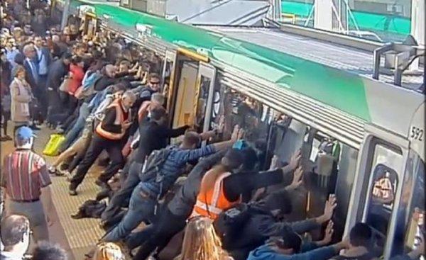 Quand la foule soulève un métro pour sauver un homme bloqué (Hors-Sujet 37)