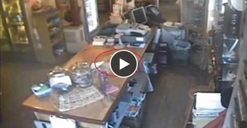 Une caméra enregistre un phénomène paranormal dans une boutique
