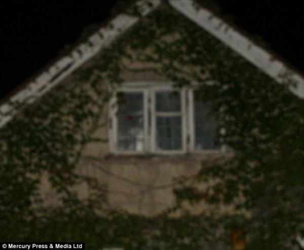 Un fantôme apparaît derrière une fenêtre en Angleterre