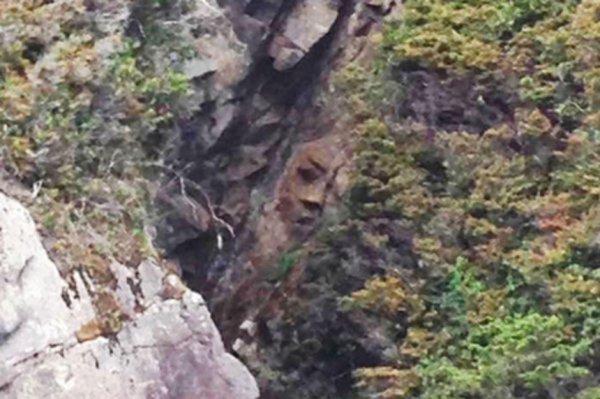 Un mystérieux visage découvert sur une montagne