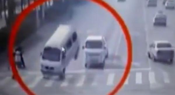 Chine : des véhicules entrent étrangement en lévitation