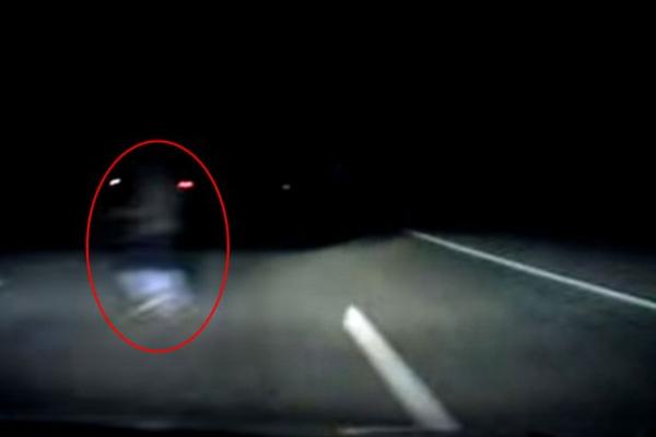 Une automobiliste croise un fantôme sur une route