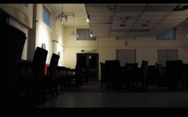 Un être invisible filmé dans un bâtiment à Redditch