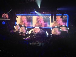 Pitbull félicite Shakira au « iHeart Radio » !