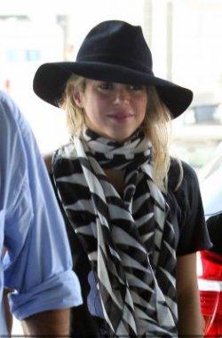 Shakira repérée à l'aéroport de Barcelone – Photos