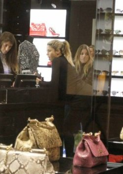 Shakira fait du shopping dans la boutique « Dolce&Gabbana » – Photos
