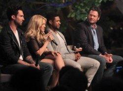 Shakira et les coaches dans l'émission Extra – Photos