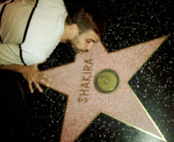 Gerard embrasse l'étoile de Shakira sur le « Walk Of Fame » – Photo