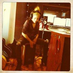 Shakira jouant du cajon !