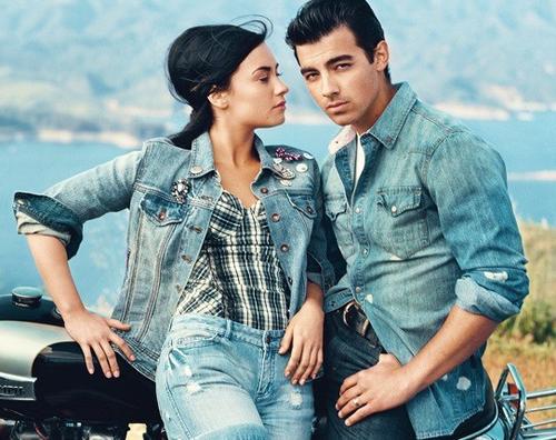 Photo de la semaine :Je l'aime beaucoup cette photo le style est super comme presque toutes les couvertures des Teen Vogue :D Demi est superbement bien habillé et Joe a un de ces regards ! Photo Super ! Et vous vous en pensez quoi ? ;)