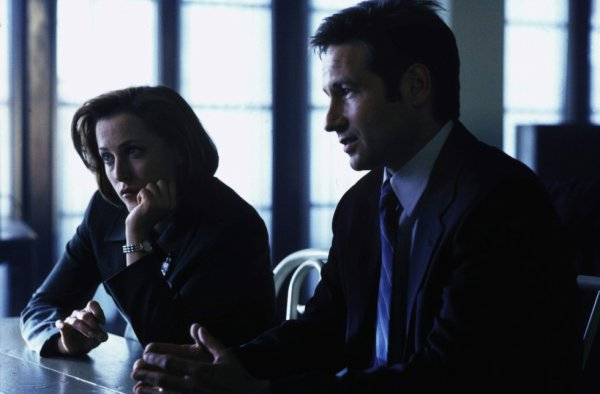 Scully (Gillian Anderson) et Mulder (David Duchovny)