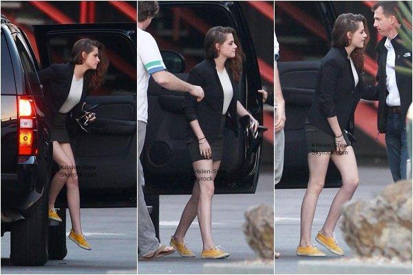 10.12.2012 / Kristen à l'émission Tavis Smiley Show, l'émission était pré-enregistrée. Kristen est habillée simplement et elle à l'air très fatiguée.