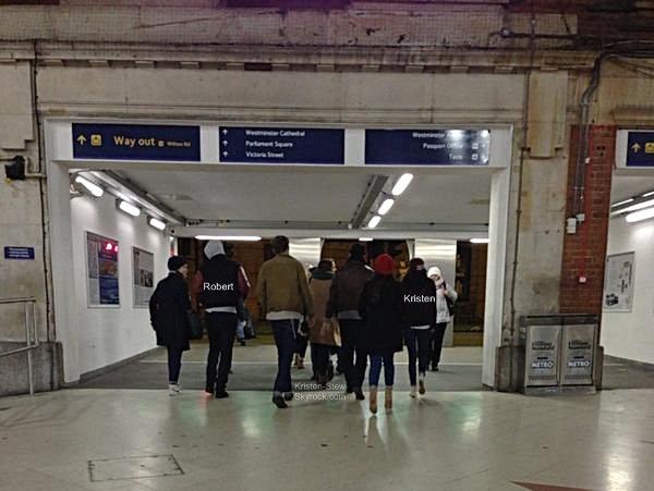 27.12.2012 / Kristen a été vu à LAX, elle a prit un vol en direction de Londres. Notre Kstew va rejoindre son cher et tendre Robert apparemment. Nouvel an ensemble ? Je rappel qu'ils n'ont pas passés noël ensemble, chacun étaient en famille.