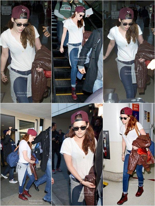 12.01.2013 / Kristen a été vu aujourd'hui à l'aéroport de New York, la belle repart chez elle, direction Los Angeles. Sa tenue est simple et belle, on remarque qu'elle porte dans ses bras la veste marron de Robert Pattinson (son petit ami).