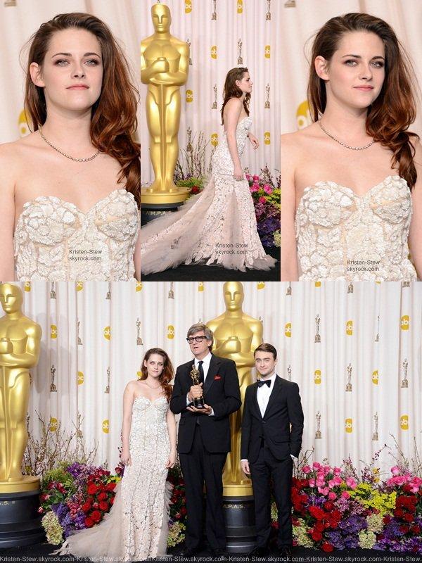 24.02.2013 /  Kristen était présente à la 85ème cérémonie des Oscars. Elle portait une robe Reem Acra avec des escarpins Jimmy Choo. La belle a du venir en béquille après c'être fait mal à la cheville samedi soir, elle s'est ouvert le pied avec un morceau de verre, mais ce n'est pas pour autant qu'elle nous a pas éblouit. C'est un énorme Top pour la belle Kristen.