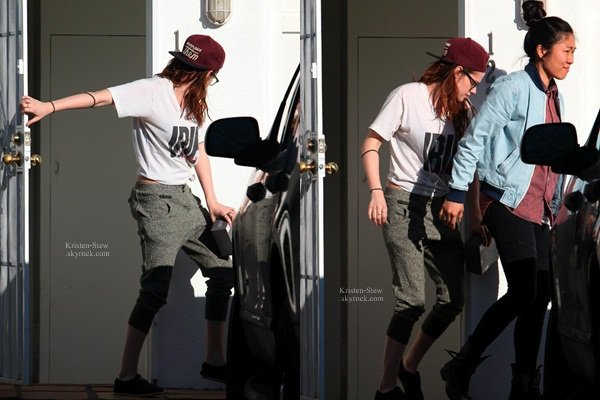 26.02.2013 /  Kristen a été aperçu à Hollywood, toujours fidèle a sa casquette, elle portait le t-shirt de Robert Pattinson, on sait bien que la Stew adore mettre les vêtements de son boyfriend. J'aime sa tenue, elle est simple.