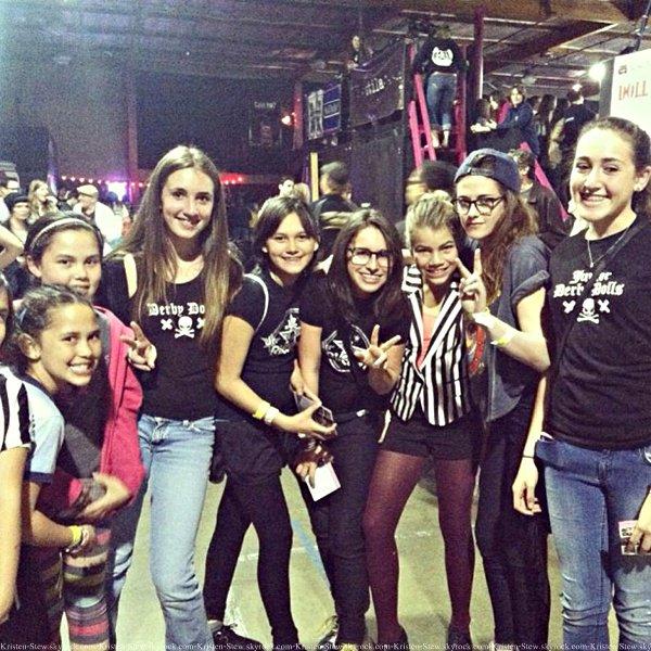 02.03.2013 /  Kristen a été vu en compagnie de quelques fans au Roller Derby. Elle était dans toute sa simplicité, vraiment belle.