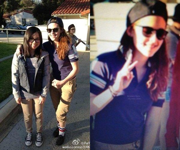 """11.03.2013 /  Kristen a posé avec des fans hier (11 mars 2013) au club de golf à Los Angeles. L'une des fans a dit que Kristen était super jolie, qu'elle avait une peau parfaite et qu'elle n'était pas très grande. Kristen leur a demandé """"Comment allez-vous les gars?""""."""