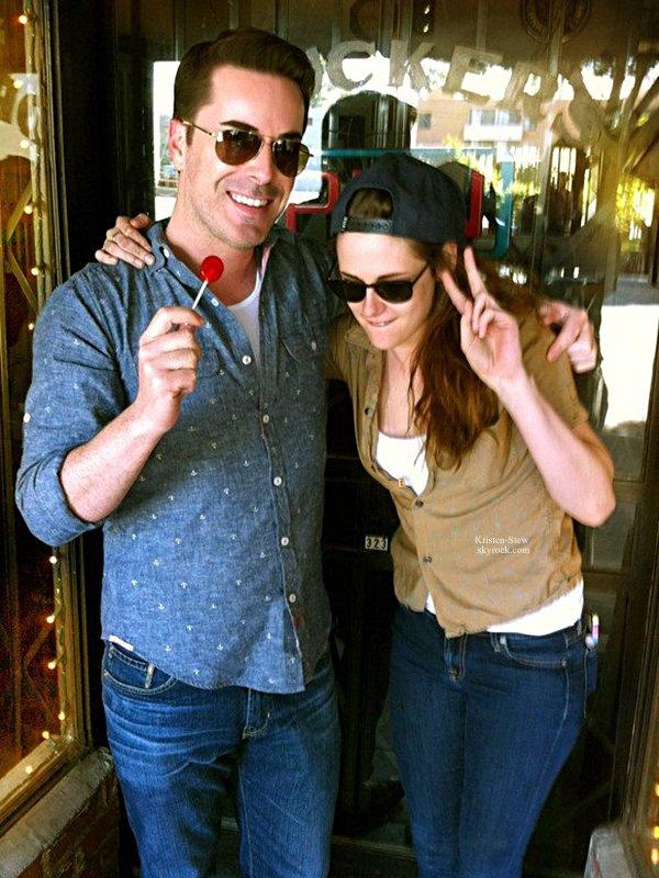 14.03.2013 /  Kristen a, encore une fois, posé avec un fan à Los Feliz. Elle est adorable, sa tenue est simple mais jolie.