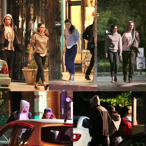 22.03.2013 /  Kristen et Robert ont été vu ensemble, vendredi soir, dans les rues de Los Angeles. Ils se rendaient dans une épicerie. La tenue de Kristen est simple, mais bon c'est Kristen quoi, par contre le t-shirt qui dépasse est pas top top Kristen ;)