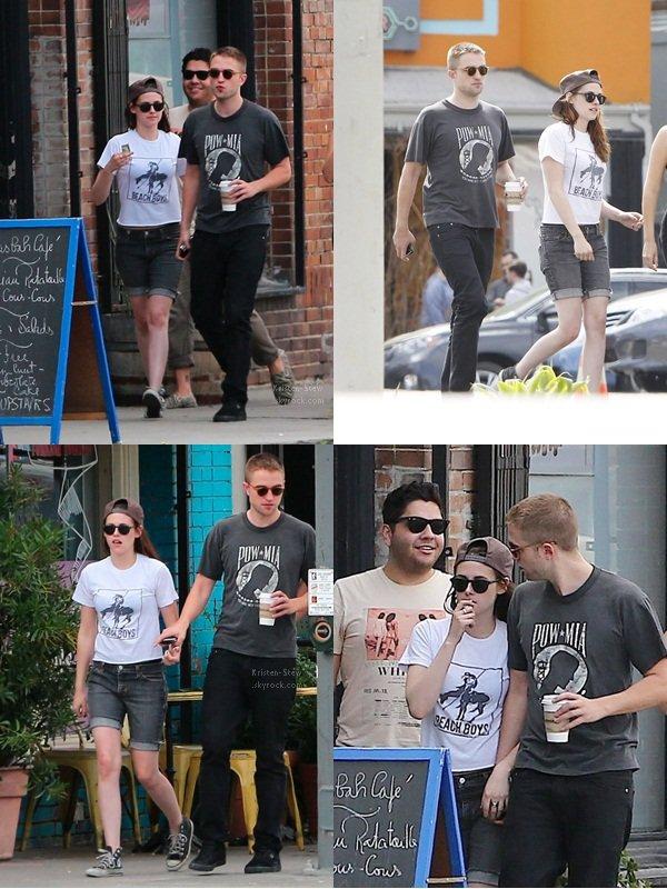 04.04.2013 /  Kristen a été vu dans les rues de Los Feliz à Los Angeles en compagnie de son copain Robert Pattinson et de certains de ses amis dont Scout Taylor-Compton. Ils avaient l'air de vraiment bien s'amuser.