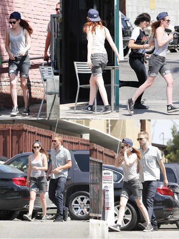 09.04.2013 /  Kristen a été vu en compagnie de Robert et de ces amis, notamment Scout et Ashley Benson à Los Angeles. Kristen est sortie avec ces amis pour fêter son anniversaire. Elle aurait été au concert de Rihanna.