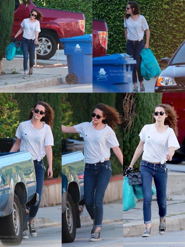 16.04.2013 /  Kristen a été vu dans les rues de Los Feliz à Los Angeles. Cigarette en bouche, la belle portait des sacs (je ne sais pas ce que c'est) pour les mettre ensuite dans sa voiture. J'aime beaucoup sa tenue, elle est simple mais notre Stew reste fidèle à elle-même.