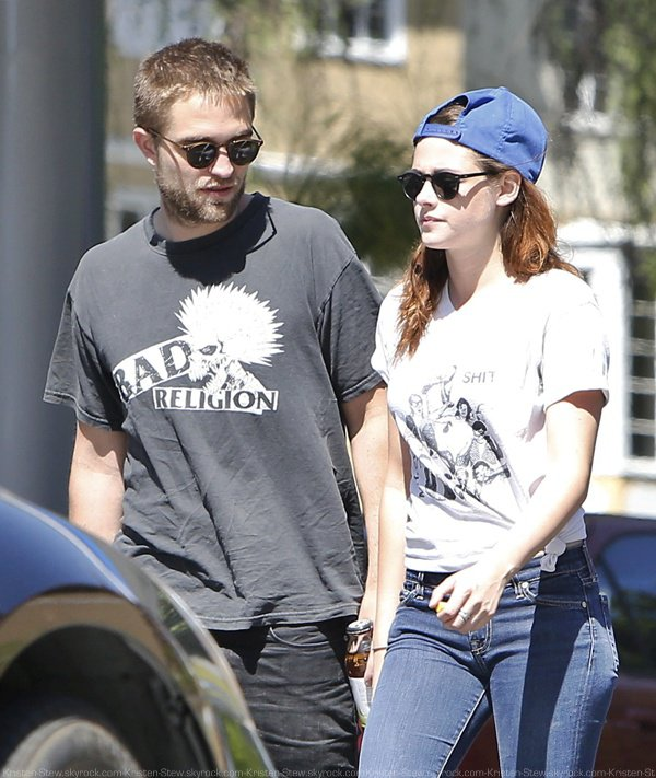18.04.2013 /  Kristen et Robert ont été vus dans les rues de Los Angeles. On veut apercevoir Bernie leur chien dans la voiture. La tenue de Kristen est comme d'habitude simple mais j'aime.