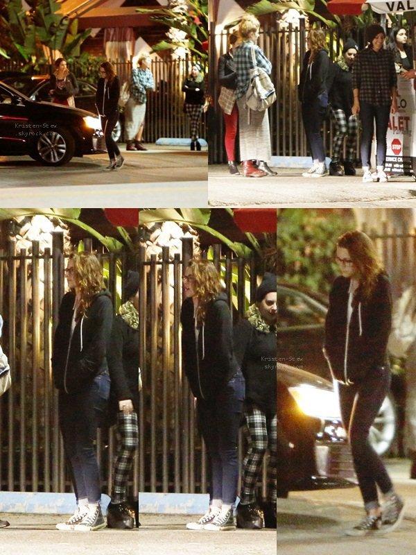 19.04.2013 /  Kristen a été vu en compagnie de ces amis a Malo, un restaurant qui se trouve à Los Angeles. Elle a l'air toute triste notre Stew, j'espère que ce n'est pas le cas. Côté tenue, comme d'habitude c'est simple mais moi j'aime, puis notez bien qu'elle n'a pas mis de casquette ;).
