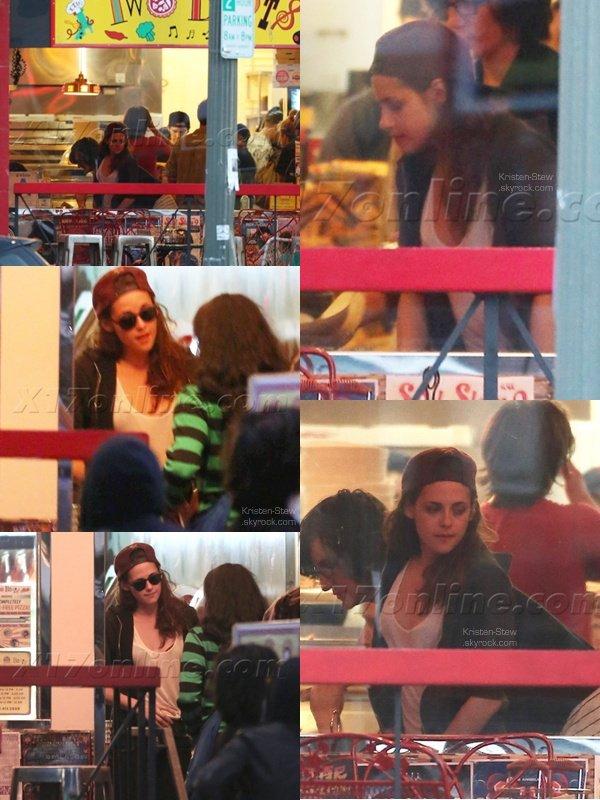 28.04.2013 /  Kristen a été vu en compagnie de Robert dans la nuit, dans les rues de Los Feliz à Los Angeles. Ils ont été dans une épicerie. Kristen et Robert son en tenue décontractée et ça prouve encore une fois, qu'ils sont des êtres humains comme nous.