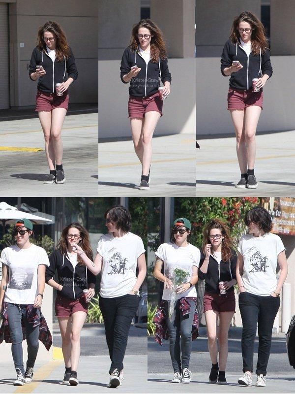 29.04.2013 /  Kristen a été vu à Woodland Hills à Los Angeles en compagnie de ses amis. La tenue de Kristen est un Top pour moi, j'aime énormément quand elle porte ces lunettes de vue. La voir toute souriante c'est un plaisir.