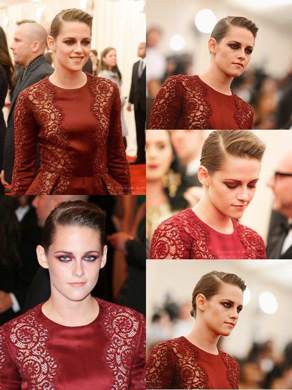 """06.05.2013 /  Comme prévue, Kristen était au Met Gala 2013 qui avait lieux à New York. Avant tous je tiens a rappeler que le thème de cette année était """"PUNK: Chaos To Couture"""" , donc bien évidemment si vous n'aimez pas le punk, vous n'allez pas aimez. Kristen portait une combinaison bordeaux avec de la dentelle, une création de Stella McCartney. Kristen était magnifique, un maquillage qui fait ressortir ses yeux, une coiffure punk, bien comme il faut. Un beau Top pour la belle."""