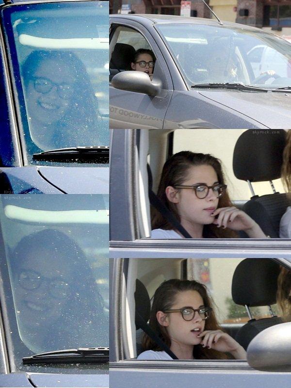 20.05.2013 /  Kristen a été vu en compagnie de son amie Suzie, en voiture dans les rues de Los Angeles. Kristen était toute souriante et ça fait toujours plaisir à voir. La belle a mit ces lunettes de vue qui lui vont à merveilles.