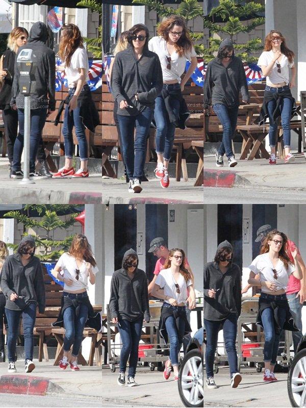 26.05.2013 /  Kristen était de sortie avec ces amis dans les rues de Los Angeles. Je ne sais pas ce qu'elle fait avec ces cheveux sur certaines photos, mais elle s'éclate.