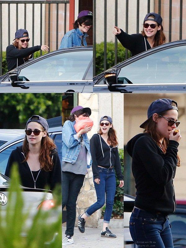 27.05.2013 /  Kristen était de sortie avec ces amis dans les rues de Los Angeles. On l'a également vu dans un restaurant. La belle était toute souriante, ça fait toujours plaisir de la voir le sourire aux lèvres.