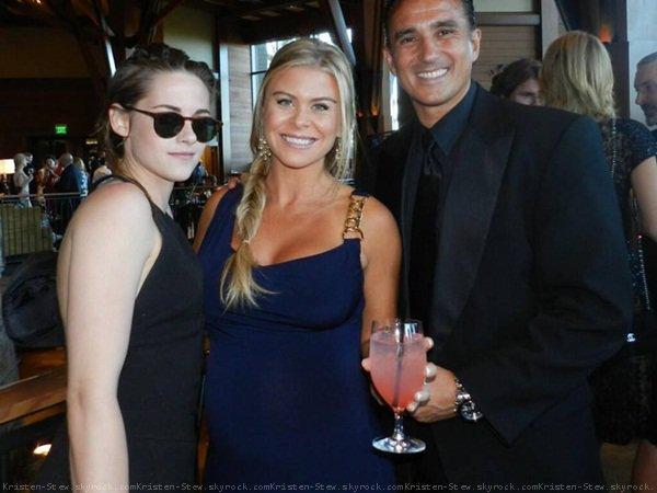 31.05.2013 /  Kristen a été vu à l'aéroport de Reno dans le Nevada. Elle a été dans le restaurant de l'aéroport, les deux serveuses ont donc eu la chance de pouvoir prendre une photo avec Kristen.