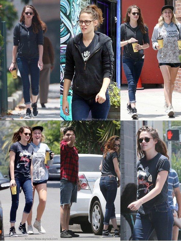 06.06.2013 / Kristen a été vu en compagnie de ces amis dans les rues de Los Angeles, pendant la soirée.
