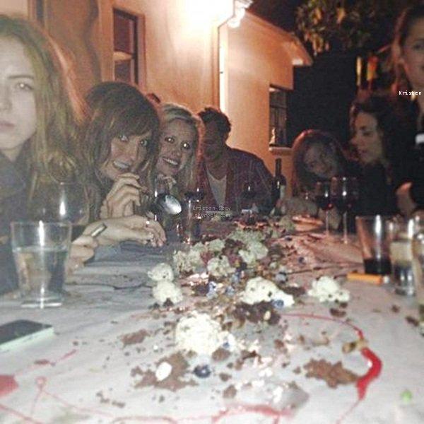 10.06.2013 /  Deux nouvelles photos de Kristen avec Robert et ces amis à Coachella le 13 avril dernier.