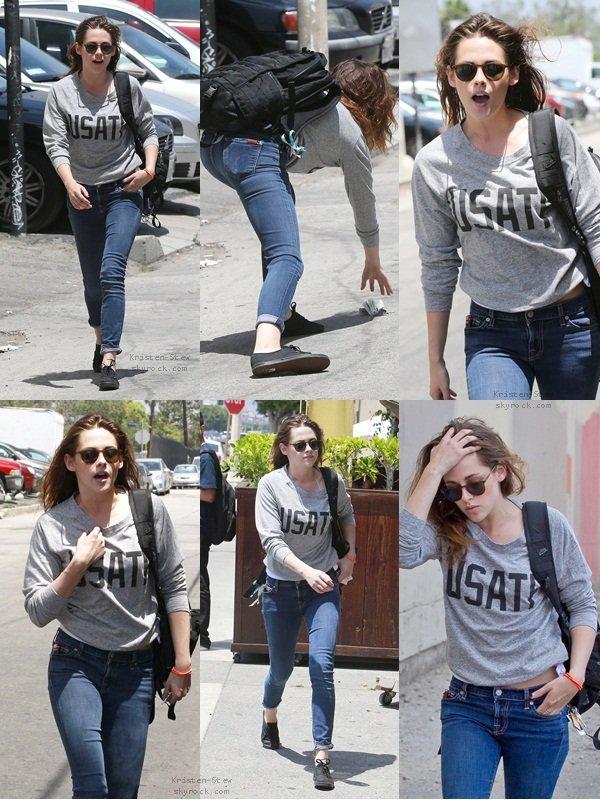 13.06.2013 /  Kristen a été vu se rendant dans un immeuble de bureaux à Los Angeles pour une réunion pour son prochain film Camp X-Ray (je crois). Puis elle a été vu ensuite sortant de l'immeuble.